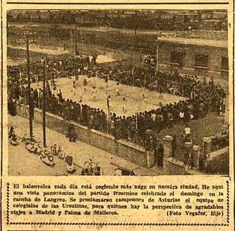 Final del torneo femenino de voleibol en la cancha de la estación del ferrocarril de Langreo (RENFE) vista desde la calle Sanz Crespo. Fecha: 10 de mayo de 1961. Foto: Vegafer hijo. Hemeroteca de El Comercio.